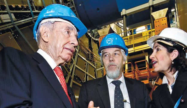 Shimon Peres talking with CERN Director general
