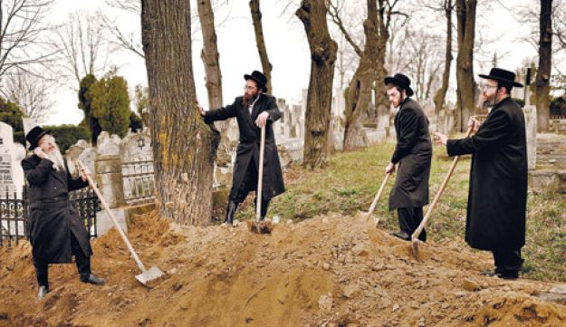Rabbis bury remains of Holocaust victims - AP