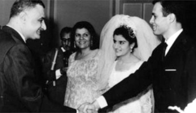 Ashraf Marwan (L) with his new wife Moni Nasser, shaking hands with Egyptian President Gamal Abdel N