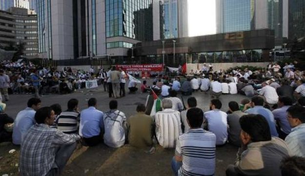 Demonstrators wait in front of the Israeli consulate, May 31, 2010