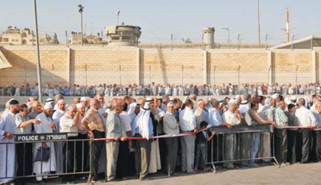 Palestinians stand in line at the Qalandiyah checkpoint, Reuters Aug 20, 2010