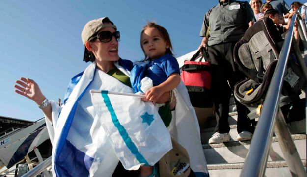 New olim from America arrive in Israel.