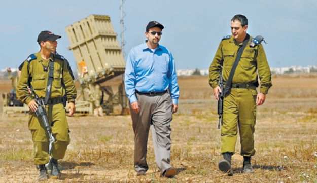 Dan Shapiro visiting Iron Dome - AFP - August 2011