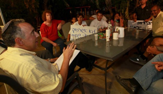 Eyal Gabai speaks to protesters - Cohen-Magen - August 17, 2011