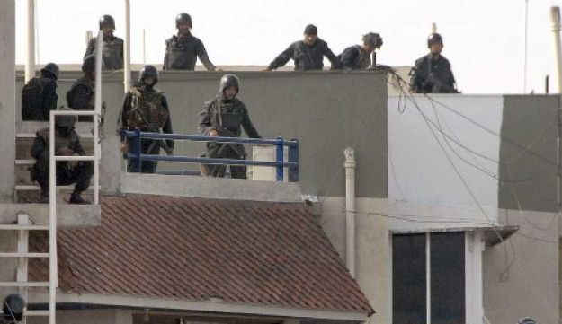 Commandos surrounding a house where suspected Muslim militants were holed up after gunning down a Jewish center and hotel in Mumbai on November 28, 2008.