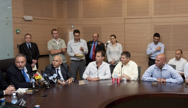 Avigdor Lieberman meeting with the reserve soldier protest leaders on Thursday.