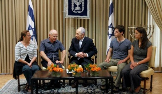 Peres with Shalit family Oct. 12, 2011 (Miriam Alster / Flash 90)