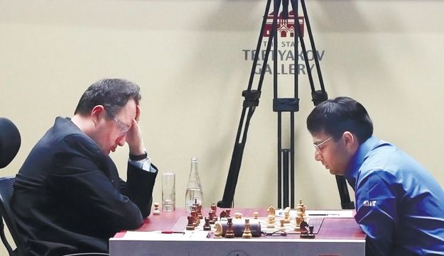 Gelfand, left, playing Anand on Friday.