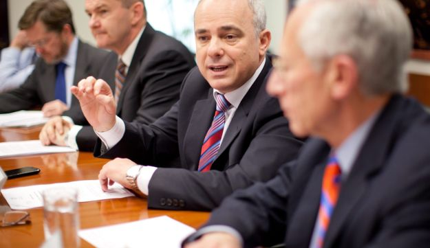 Finance Minister Yuval Steinitz, center, and Bank of Israel Governor Stanley Fischer