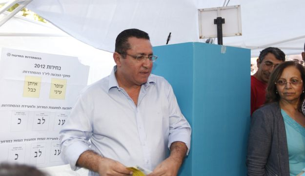 Ofer Eini voting in the 2012 Histadrut elections.