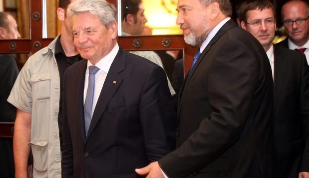 Foreign Minister Avigdor Lieberman, right, with German President Joachim Gauck, May 29, 2012.