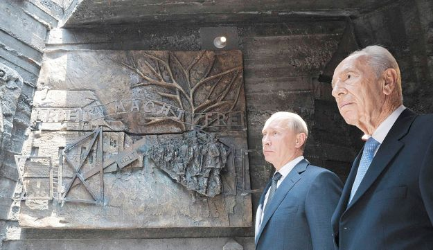 Russian president Vladimir Putin, left, with President Peres at the Red Army Memorial in Netanya.