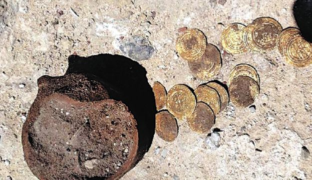 Gold coins and pottery found at Apollonia fortress.
