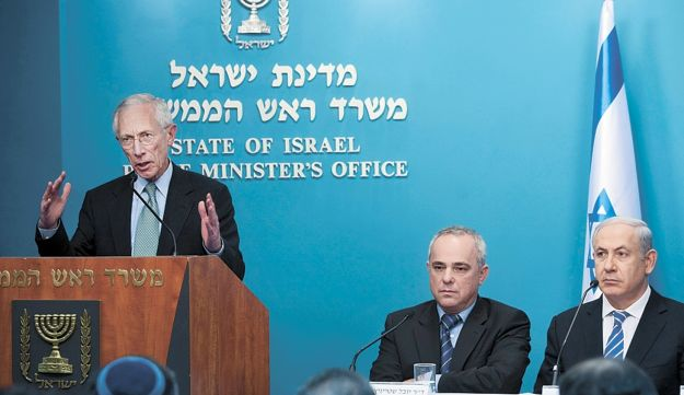 Stanley Fischer, left, Yuval Steinitz and Benjamin Netanyahu at news conference yesterday.