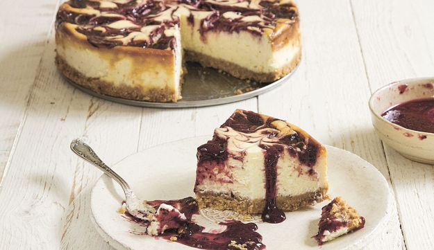 Quick cheesecake with berry jam.