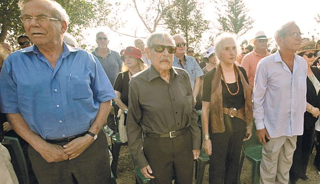 Mourners at the funeral of Haim Hefer in Ein Hod, September 19, 2012.