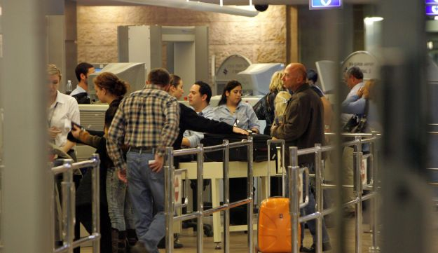 Passengers line up for a security check at Ben-Gurion International Airport (archive).