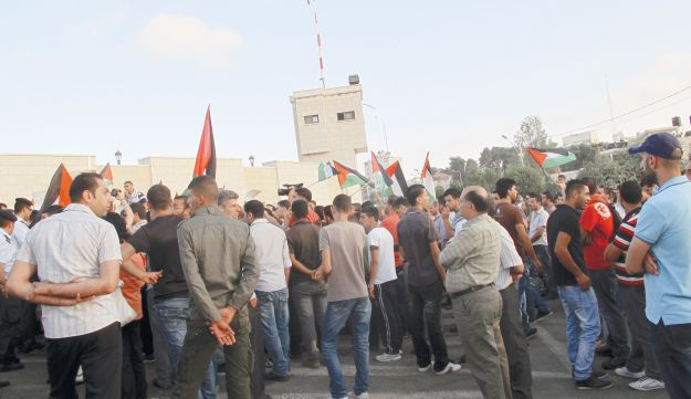 Palestinians for Dignity protesting in Ramallah, with a permit from police.