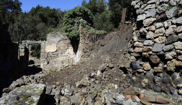 Pompeii wall collapses