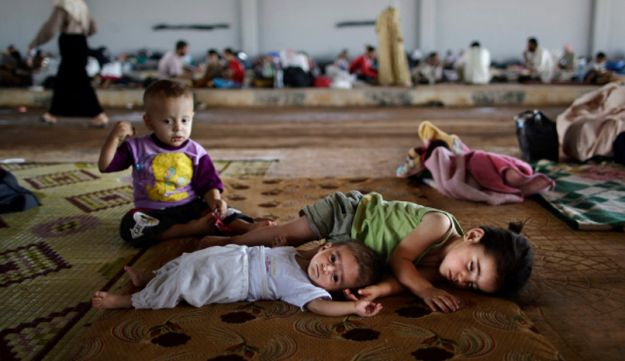 Syrian children at the border with Turkey - AP - August 26, 2012.