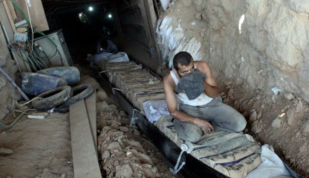 Palestinians transporting goods through smuggling tunnels in Gaza - AFP - August 23, 2012.