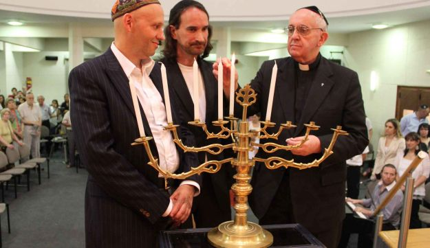 Rabbi Sergio Bergman, left, at interfaith Hanukkah ceremony.