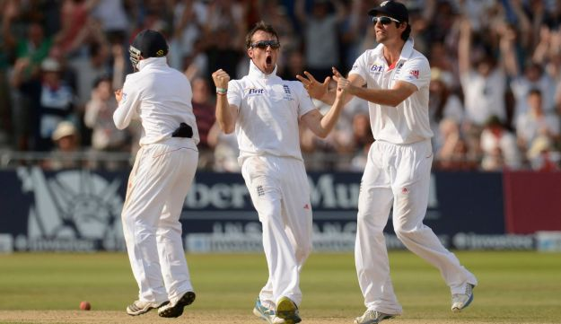 England's Graeme Swann, center, and Alastair Cook