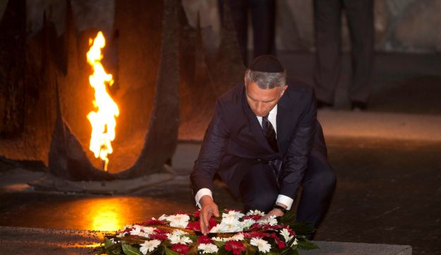 Swiss Foreign Minister Didier Burkhalter lays a wreath at the Hall of Remembrance at Yad Vashem