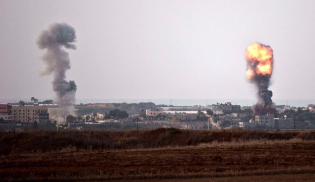 Smoke billowing from sites targeted by Israel Air Force - AFP - November 16, 2012.