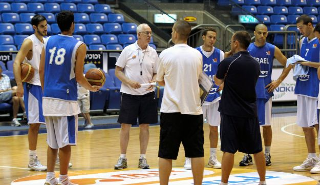 Israel's national basketball team practicing