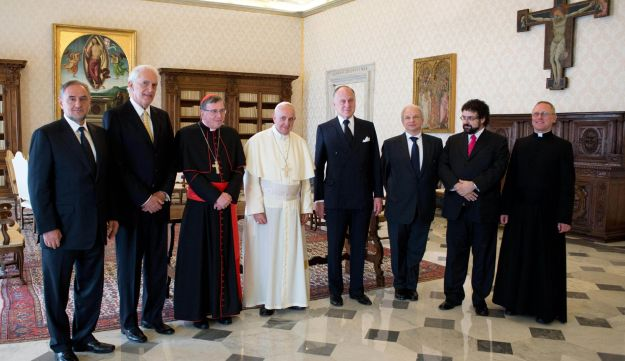 Pope Francis poses with a delegation of members of the World Jewish Congress.