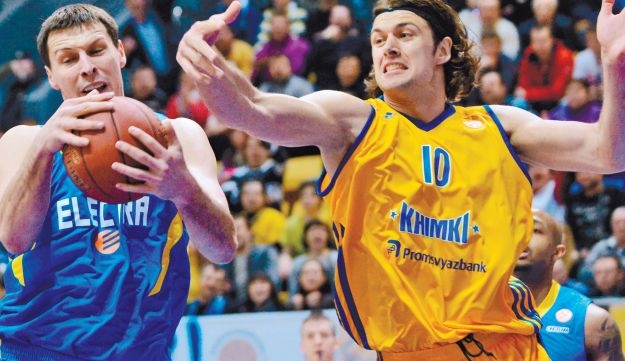 Khimki's Kresimir Loncar, right, fighting for the ball with Maccabi's Darko Planinic in Moscow.