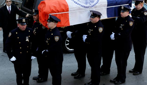 Remains of former NY Mayor Ed Koch is brought into Temple Emanu-E