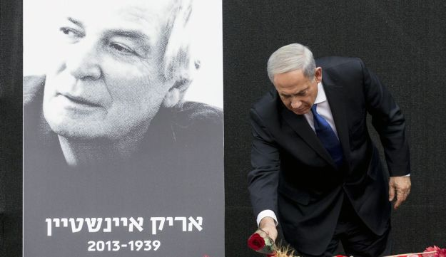 Netanyahu lays a flower on the coffin of Israeli singer Arik Einstein. November 27, 2013.