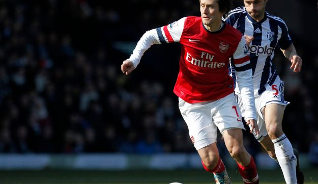 Arsenal's Czech midfielder Tomas Rosicky (L) runs with the ball. April 6, 2013.