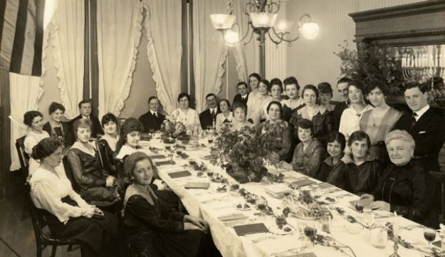 A Seder at the Emanuel Sisterhood House is seen in the exhibit 'California Dreaming'