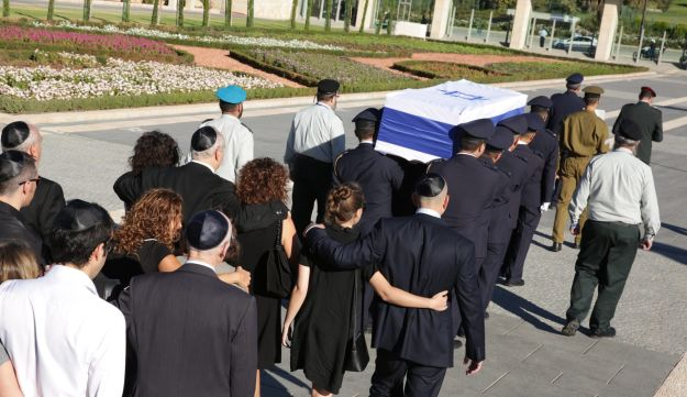 A military honor guard carries former President Shimon Peres' coffin from the Knesset to Mount Herzl on Friday, September 30, 2016.