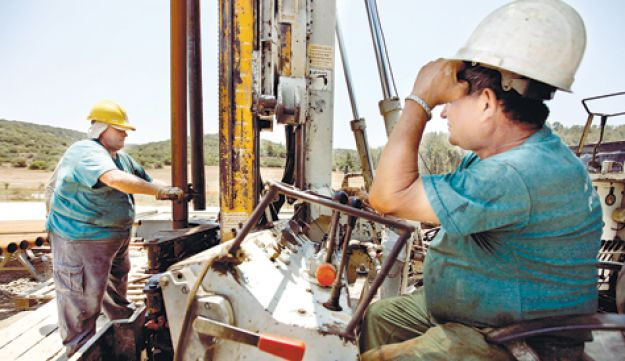 Workers at IEI drill site - Moti Milrod - July 2011