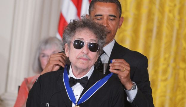 U.S. President Barack Obama presents the Presidential Medal of Freedom to Bob Dylan, May 29, 2012.
