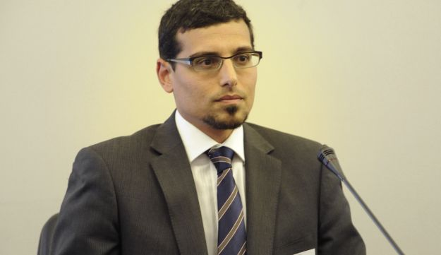 Manny Waks testifying before the Victorian parliamentary, December 2012.