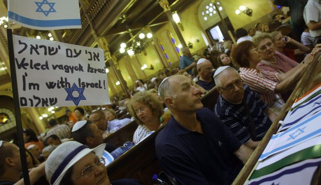 Show of support for Israel in Budapest's Great Synagogue, July 27, 2014.