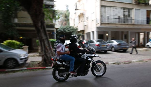 Police searching for the assailant in the Tel Aviv pub shooting, January 1, 2016.