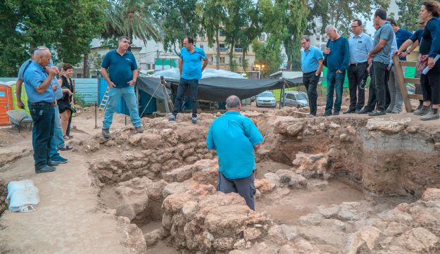 The director of the Israel Antiquities Authority, Mr. Israel Hasson, and representatives of the Kochav Company during a tour of the site.
