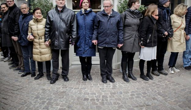 Danish people of Muslim, Jewish and Christian faith form a peace ring around the synagogue in Copenh