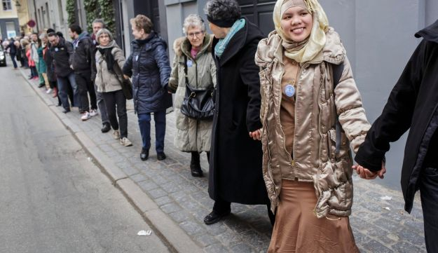 Danes form form a peace ring around the synagogue in Copenhagen.
