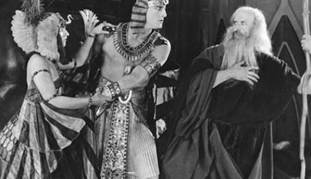 Silent 'Let my people go:' Charles de Rochefort as Pharaoh and Theodore Roberts as Moses