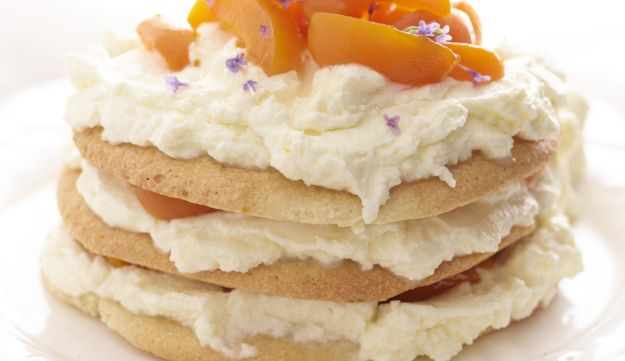 Almond meringue cake with mascarpone and apricots.
