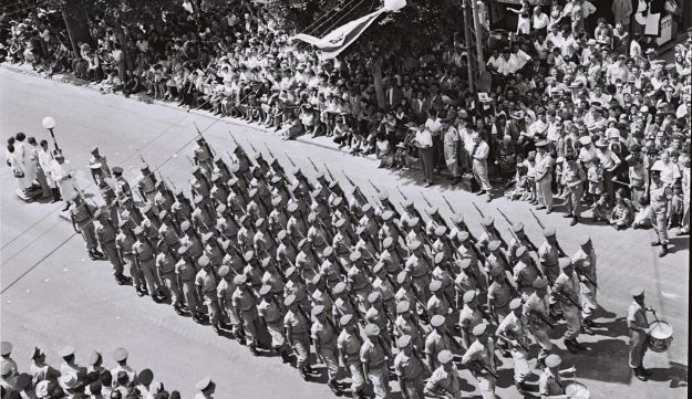 An infantry unit marching in Tel Aviv on Independence Day, 1955.