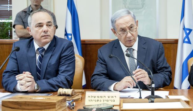 Prime Minister Benjamin Netanyahu, right, and Energy Minister Yuval Steinitz at the weekly cabinet meeting, May 22, 2016.