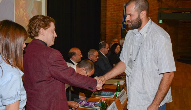 Alon Cna'ani, PhD student at the Hebrew University's Robert H. Smith Faculty of Agriculture, Food and Environment, shakes hands with David Bruce Smith, June 1, 2016, Jerusalem, Israel.